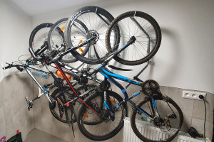 Držiak na bicykel na stenu za koleso hook pro ( bike holder ). Nástenný držiak je určený pre všetky tipy bicyklov a elektrobicyklov. Tieto 4 držiaky sú v prevedení pro čo znamená že držky sú otočné. Otočiť môžete držiak aj zo zavesením bicyklom.