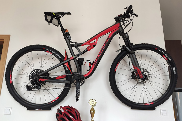 Držiak na bicykel na stenu za pedál, čierny