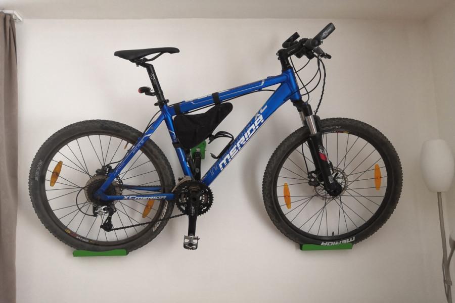 Držiak na bicykle na stenu za pedal, zelený. Jednoduchá montáž. Lacný cenovo dostupný držiak za pedál.