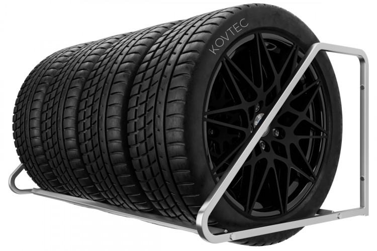 Držiak na pneumatiky na stenu, 4 miestny, pozinkovany. Držiaky a regále do garáže z našej dienne vám zorganizujú váš úložny priestor.  Tento pozinkovaný nástenný držiak je určený pre uskladnenie 4 pneumatík s diskami. Na výber máte rôzne šírky polic 94 cm a 105 cm. Ak máte pneumatiky do šírky 235 mm postačuje vám držiak pneumatík s policou 94 cm. Ak by ste chcel väčší úložný priestor pre vaše pneumatiky bude pre vás ideálný držiak s policou 105 cm. Montáž je jednoduchá a zvládne jú každý. K držiaku dodávame montážnu sadu skrutiek a kotviacy materiál do betónovej steny. Držiaky do garáže máme skladom.