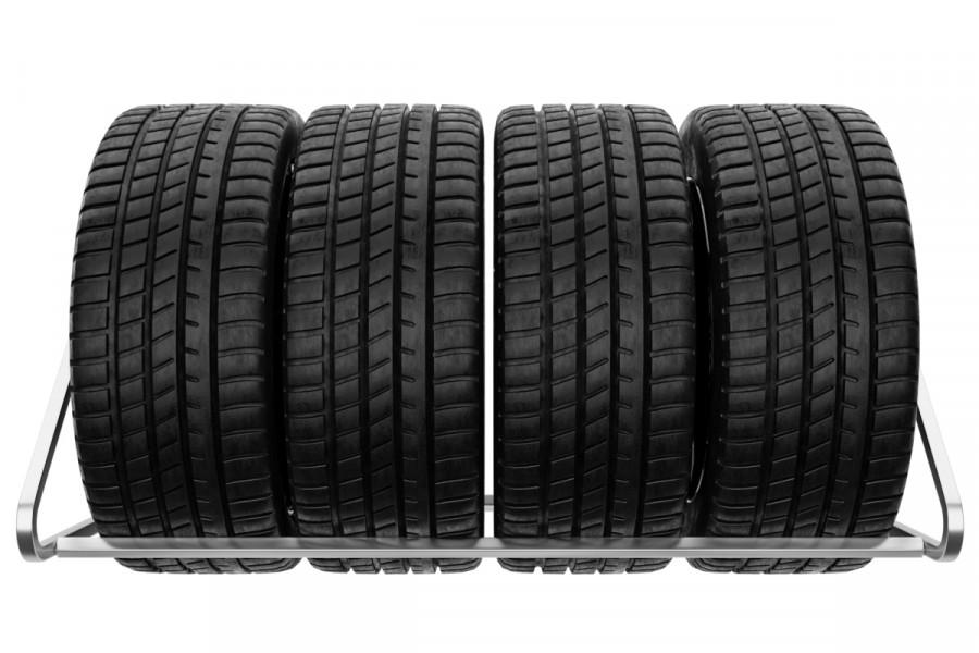 Držiak na pneumatiky na stenu, 4 miestny, pozinkovaný. Držiak a regál na pneumatiky do garáže z našej dielne vám zorganizujú váš úložní priestor.  Tento pozinkovaný nástenný držiak je určený pre uskladnenie 4 pneumatík s diskami. Na výber máte rôzne šírky políc 94 cm a 105 cm. Ak máte pneumatiky do šírky 235 mm postačuje vám držiak pneumatík s policou 94 cm. Ak by ste chcel väčší úložný priestor pre vaše pneumatiky bude pre vás ideálny držiak s policou 105 cm. Montáž je jednoduchá a zvládne ju každý. K držiaku dodávame montážnu sadu skrutiek a kotviaci materiál do betónovej steny. Držiaky do garáže máme skladom.