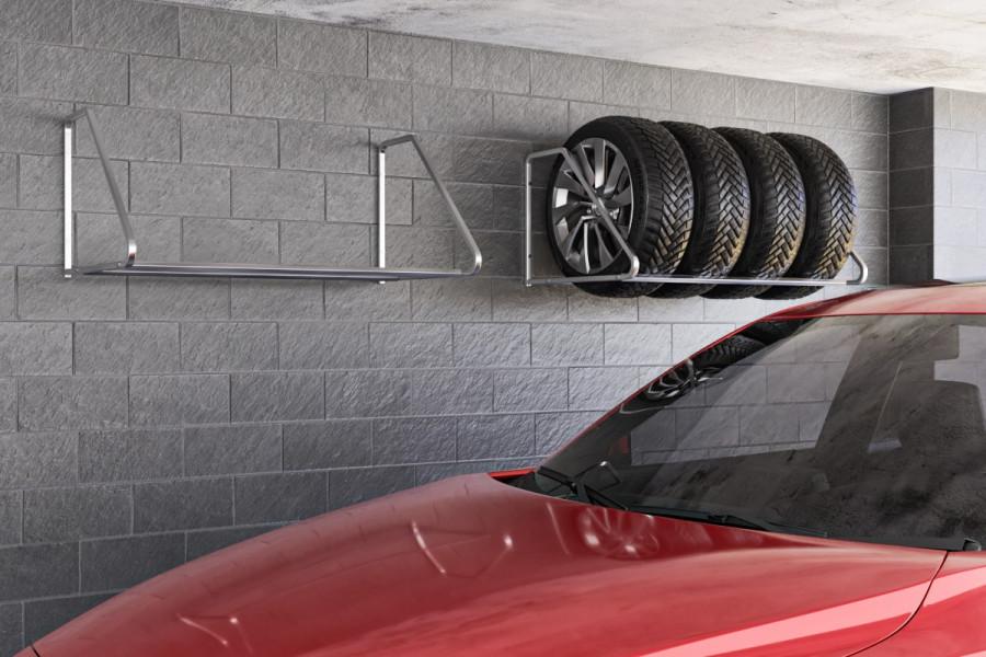 Držiak na 4 pneumatiky na stenu. Držiak na pneumatiky pre rôzne šírky pneumatík a diskov vám pômože  zorganizovať príestor na podlahe garáže. Garáž sa stane garážou pre auto a stena úložnou častou pre pneumatiky s diskami. Ide o praktické skladovanie zimných a letných pneumatík. Pozrite si našu ponuku uložnych systémov do garáže.
