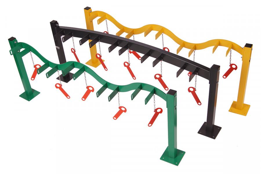 Zelený a žltý stojan typ SNK-K30-5RAL má tvar vlny ma 5 uzamykacích parkovacích miest pre kolobežky. Antracitový stojan typ SNK-K40-5RAL umiestnený v strede má oblúkový tvar. Tieto stojany sú rovnakej konštrukcie , rozlišuje ich len tvar vlny a oblúku. Ponúkame rôzne farebné prevedenia týchto stojanov na kolobežky. Stojany sú vhodné pre školy a škôlky prípadne športoviská.