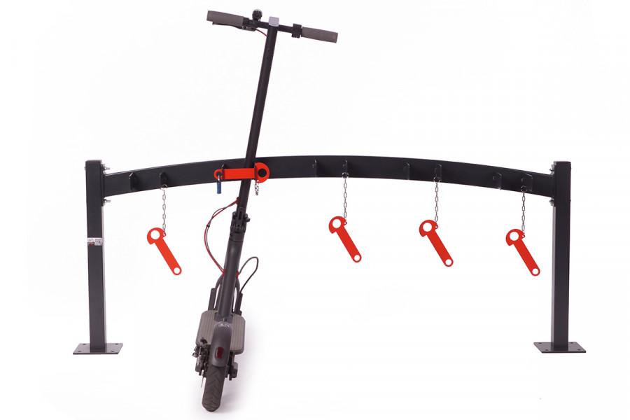 5 miestny stojan je určený pre parkovanie kolobežiek z jednej strany. Každé parkovacie miesto je určené pre kolobežky a elektrokolobežky všetkých značiek. Tento typ SNK-30-5RAL stojanu má možnosť uzamknuť kolobežku pomocou výrazne sfarbenej červenej petilice cez ktorú prevlečiete kladku.  Stojan je chránení pred koróziou pozinkovaním. Farebné prevedenie stojanov na kolobežky je možné vybrať zo vzorkovníka ral.  Tento typ stojanu vyrábamé vo vacerých prevedeniach : jednostranné stojany, dvojstranné stojany, stojany pre 5, 10, 20 kolobežiek. Montáž je jednodúcha stojany na kolobežky sa kotvia do betónovej podlahy.