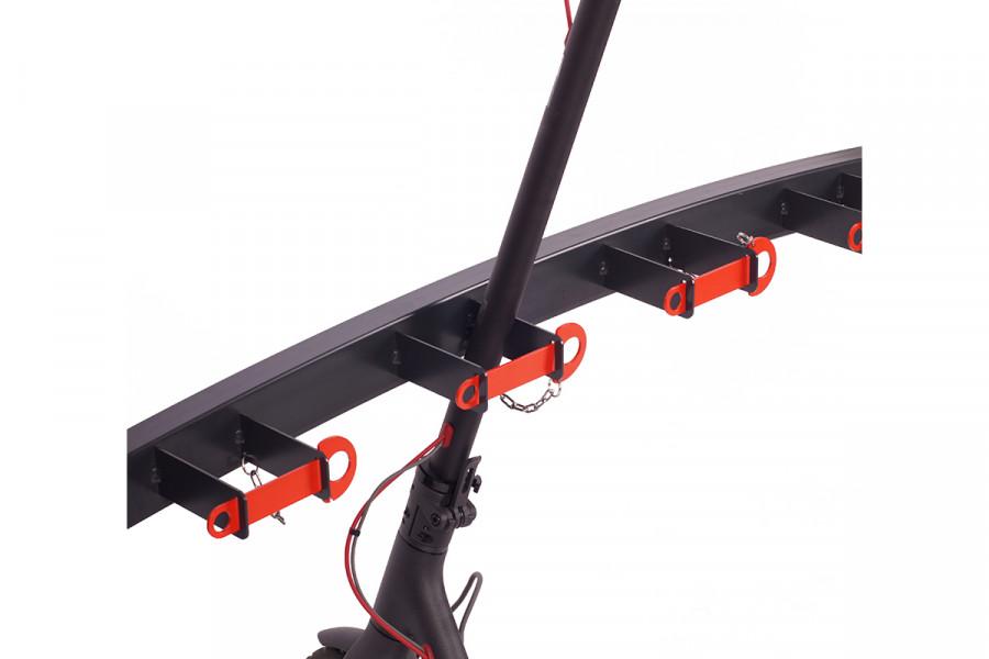 Ukážka znázorňuje bezpečné uzamknutie elektro kolobežky xiaomi v stojane pre kolobežky typ SNK-K30. Stojany pre kolobežky s kotvením na podlahu od firmy Kovtec s.r.o. sú vhodným parkovacím systémom pre školy, škôlky a cyklo garáže. Stojany na kolobežky zasielame v demonte a pred použitím je potrebné ich ukotviť do podlahy.